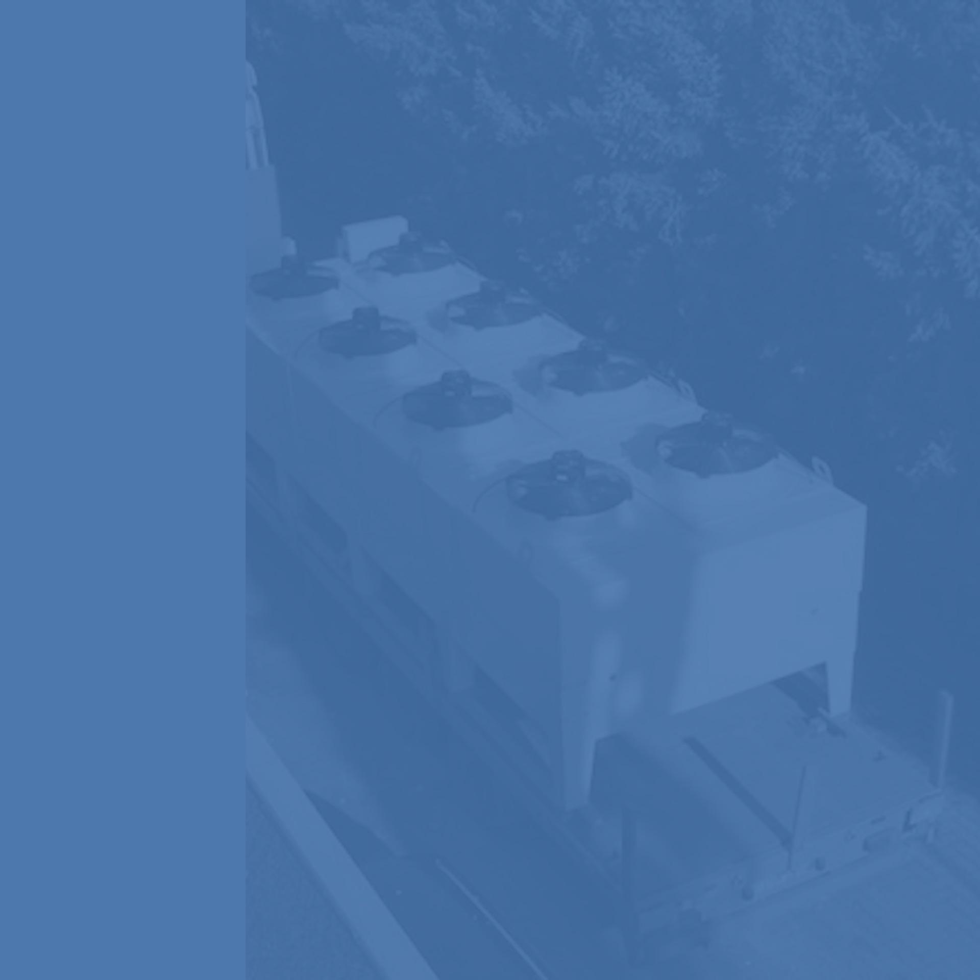 GWA_Kuehlanlagentechnik_Luftkuehler_mit_Ventilator_Metalloy Glykolrueckkuehler_mit_Vorbefeuchtung_Gesellschaft_fuer_Waerme_und_Anlagentechnik_monochrom